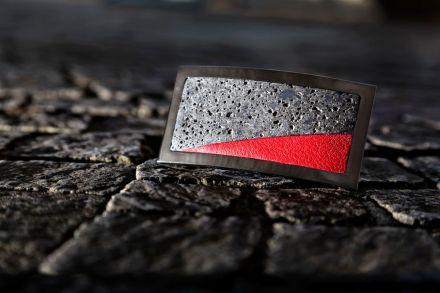 """... em """"Lava"""" ela combina rocha vulcânica escura com couro vermelho brilhante, e rutênio por fora."""