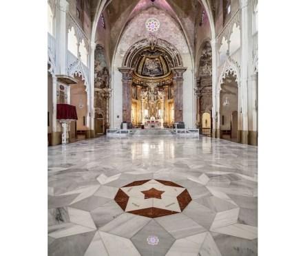 Einer der Sterne ist mit dem roten Marmor Rojo Alicante gestaltet. Seine fünf Zacken zeigen die Fluchtlinien im Gebäude an.