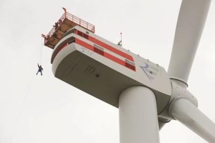 Treinamento de rapel para emergências em um catavento eólico Foto: Fundação Offshore Windenergie / Jan Oelker