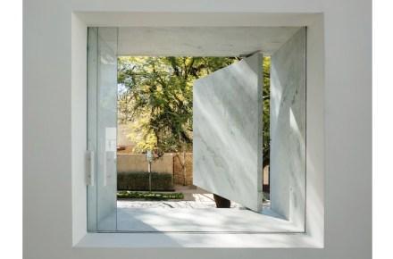 As persianas ali são de rocha sólida, mas contudo podem ser abertas e fechadas.