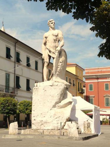 Il Genio della Stirpe (1914) in piazza Garibaldi, Sarzana è stata ricavata da un unico blocco di marmo bianco di Carrara. Foto: Wikimedia Commons / Davide Papalini