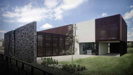 The outer siding is an eye-catcher with its surface structured concrete blocks (left).