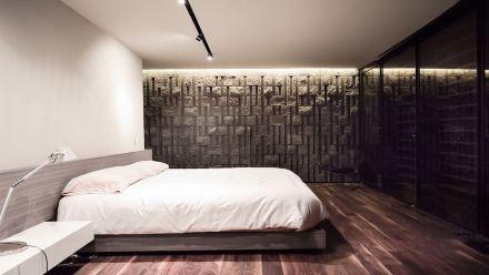 En el interior, la piedra de hormigón vuelve a aparecer, por ejemplo en las paredes del dormitorio.