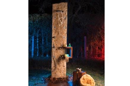 """""""Jucascade"""": Pared de ducha con suelo de madera de teca. En las perforaciones se pueden colocar, entre otras cosas, los anclajes de la ducha o luces LED."""
