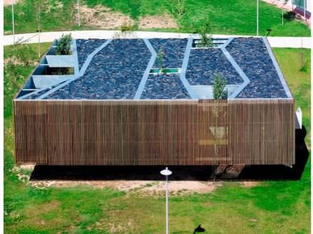 Das Dach bildet die Struktur der Räume im Inneren ab.