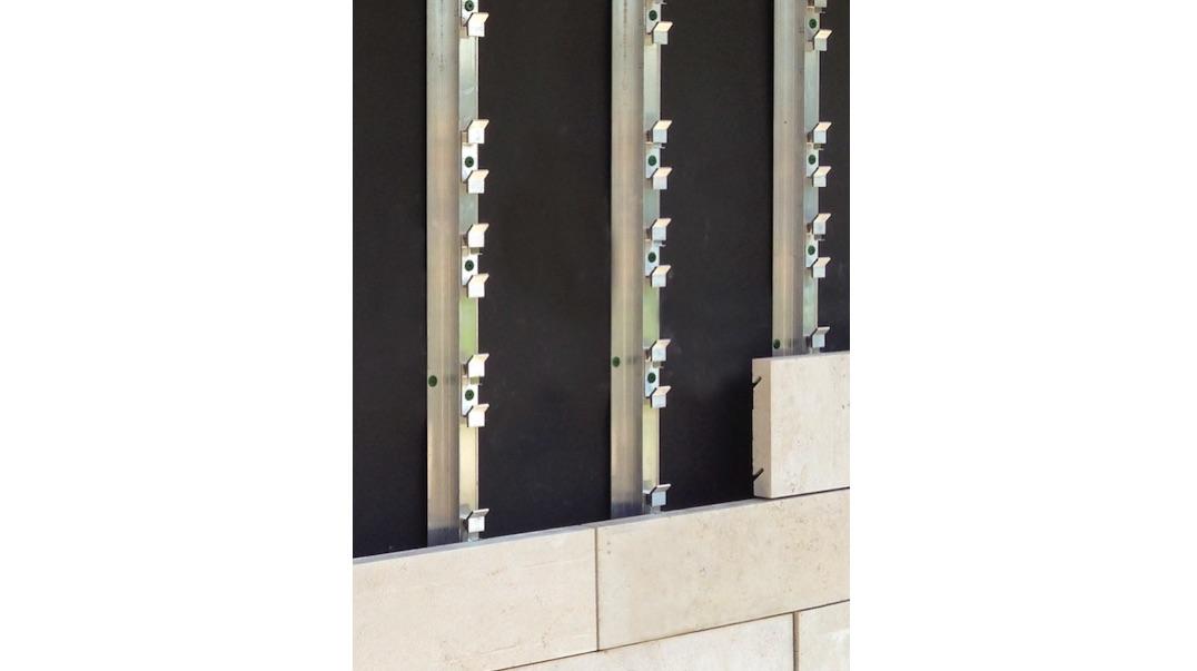 il sistema di facciata linea di franken schotter tanti listelli in pietra allungati invece di. Black Bedroom Furniture Sets. Home Design Ideas