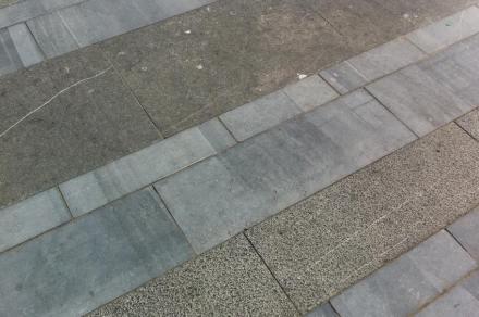 Ci sono tre tonalità nella pavimentazione, conseguenza delle lavorazioni superficiali diverse.