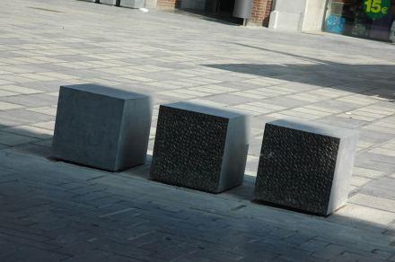 Una particularidad son los bolardos rectangulares de piedra. En determinados lugares, invitan a sentarse, resaltando esas áreas.