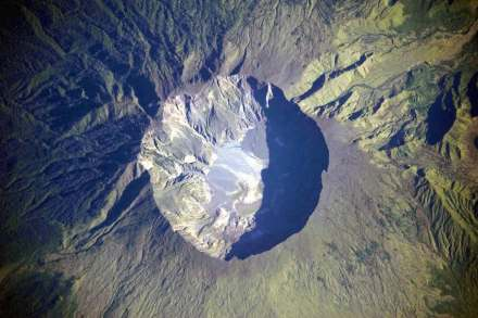 La Caldera del Tambora oggi: il cratere ha una larghezza di circa 6 km. Una volta portava sopra di se una montagna di circa 4000 m, della quale sono saltate in aria, nell'aprile del 1815, circa 1200 m. Sul fondo del cratere stanno uscendo attualmente nuovamente dei gas caldi e piccoli fiumi di lava. Foto: NASA / Wikimedia Commons
