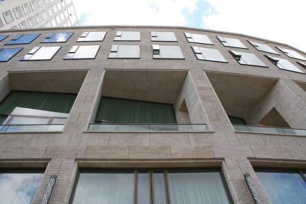 Während die Hochhausfassaden glatte Oberflächen aufweisen, sind die Blockränder mit Kanelluren versehen. Foto: Peter Becker