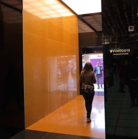 Ci si arriva tramite un accesso che è stato rivestito con la variante in color oro. Sulla foto appare rosso a causa della luce artificiale.