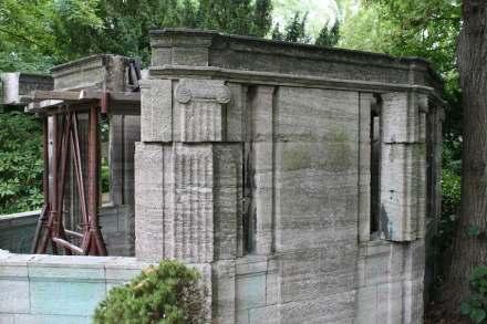 Große Schäden haben Metalldiebe am Grabmal des Kgl. Hofsteinmetzmeisters Schilling in Berlin verursacht.