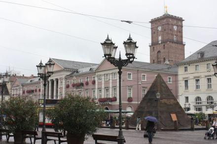 Die Pyramide auf dem Marktplatz. Foto: Dguendel / Wikimedia Commons