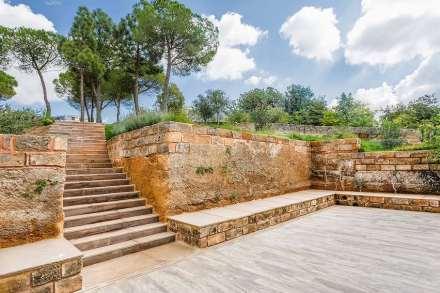 Assim surgiu entre a casa e a parede um pátio, que dá nome à edificação.