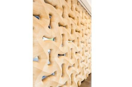 "A parede de rocha, cuja marca comercial foi batizada de ""Traccia"", é fornecida pela empresa italiana Lithos Design."