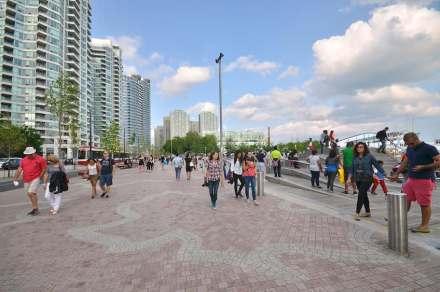 Für den breiteren Fußweg auf der Wasserseite nahmen die Architekten die Umrisse von Kanadas Ahornblatt als gestalterisches Element.