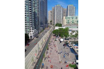 A ampliação das áreas para pedestres foi obtida pelos arquitetos com os agora famosos 3 WaveDecks: ...