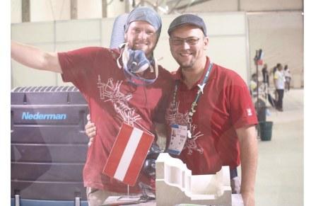 Erleichterung und Begeisterung nach Ende des Wettbewerbs: Marius Golser (links), späterer Gewinner der Goldmedaille, und Experte Bernhard Hasenöhrl.