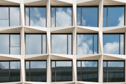Há dentro das superfícies de vidro pequenas placas - elas foram escalonadas de cima para baixo, de modo que nenhuma linha contínua possa emergir.