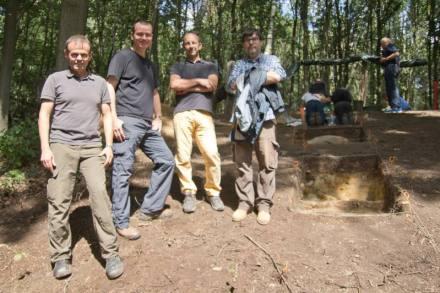 Beteiligte an der Ausgrabung am Ravensberg: (v.l.) Andreas Pastoors (Neandertal Museum), Erich Claaßen (LVR), Marco Peresaui (Uni Ferrara) und Manuel Vaquevo (Uni Tarragona).