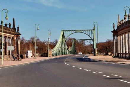 Die Grenze zwischen Ost und West war auf der Brücke ein weißer Querstrich. Heute wird sie als Streifen aus Metall anegdeutet.