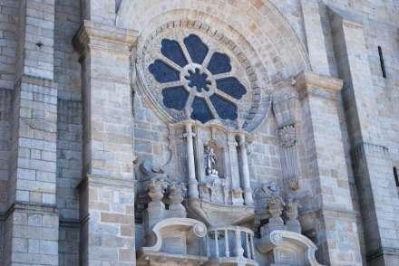 Die einstige Macht und die steinerne Pracht von Portugal dokumentiert die Kathedrale der Stadt Porto. Foto: Concierge2.C / Wikimedia Commons