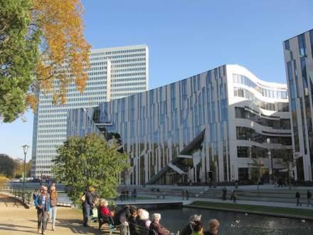 Kö-Bogen Düsseldorf: Em algumas das linhas da fachada é possível reconhecer folhas. Foto: Andreas Schwarzkopf / Wikimedia Commons