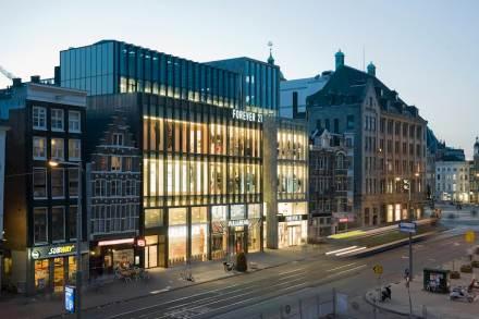 Linhas perpendiculares dominam a fachada do novo prédio comercial chamado Rokin Plaza no centro histórico de Amsterdã.