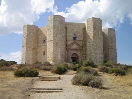 "Made in Stone: Castel del Monte in Apulia was the Model for the monastery in ""The Name of the Rose"". Photo: Niccolò Rigacci / Wikimedia Commons"