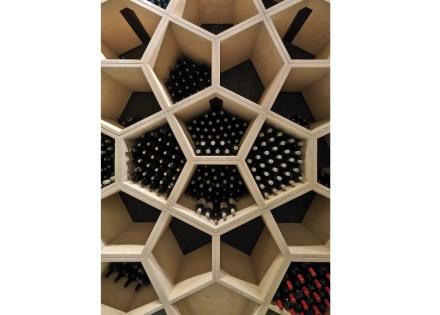 L'archivio, come viene chiamato il luogo per le bottiglie particolarmente preziose, ha ottenuto tutta una parete di pentagoni, i quali formano, girati, dei disegni piacevoli.