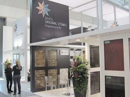 New slogan and new stand of Brazil's Abirochas national stone association in circulation since 2012.