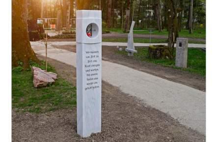 C'erano due riconoscimenti. La stele si dedica al tema del tempo, da una parte tramite una vera clessidra, che si può girare, e poi con la poesia. Entrambi sono in contrasto con la longevità della pietra (Stein Baumgartner); ...