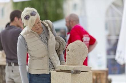 Die Landesinnungsmeisterin von Niederösterreich, Judith Hönig, staunt über die Kunstfertigkeit der Teilnehmer.