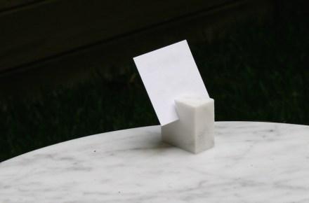 L'azienda ricicla, a proposito, immediatamente un'altra volta lo scarto di produzione di questi pezzi di marmo, facendone per esempio dei porta biglietti. Foto: Peter Becker