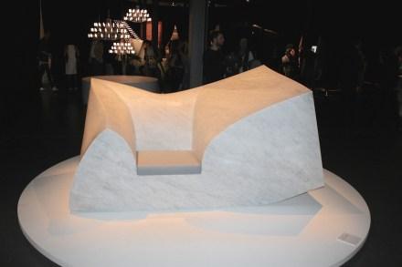 """Compression Sofa Marble (Design: <a href="""" http://www.paulcocksedgestudio.com/""""target=""""_blank"""">Paul Cocksedge</a>) aus 6 t Marmor mit einer kleinen Sitzfläche aus Schaum... Via Tortona"""