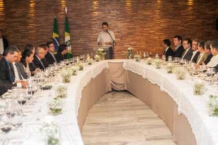 Gouverneur Camilo Santana, wie häufig ohne Schlips und Kragen, beim Abendessen mit geladenen Firmenvertretern.