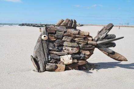 Marcel Dijker: Kunst aus Strandgut.