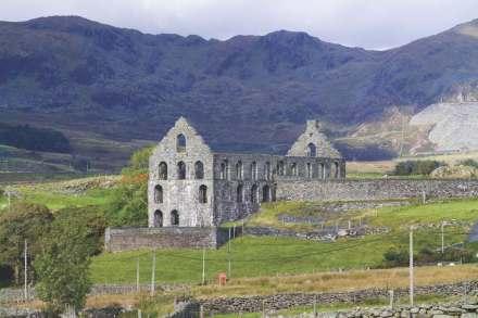 Não é um mosteiro, nem uma catedral: Fábrica Ynys y Pandy para serragem de blocos brutos na pedreira de Gorsedda, ao fundo, à direita. No fundo, à direita, a pedreira de Gorsedda. Crown copyright: Royal Commission on the Ancient and Historical Monuments of Wales
