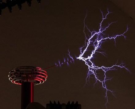 Spektakulär sind die Blitze, die ein Generator zur Langen Nacht durch die Starkstrom-Abteilung des Deutschen Museums zucken lässt. Foto: Deutsches Museum