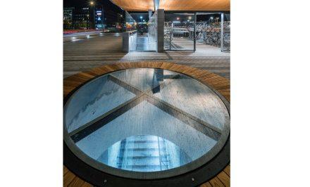 Otro aspecto destacado son las bancadas circulares que ofrecen vistas sobre los andenes situados debajo, y permiten la entrada de luz natural.