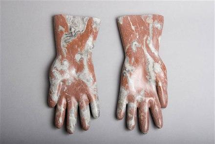 """Rosa Brunner: """"Gummihandschuhe"""", Marmor, 32 cm lang."""