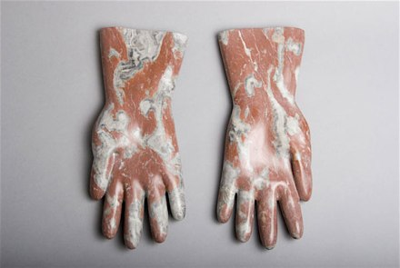 "Rosa Brunner: ""Gummihandschuhe"" (guantes de goma), mármol, 32 cm largo."