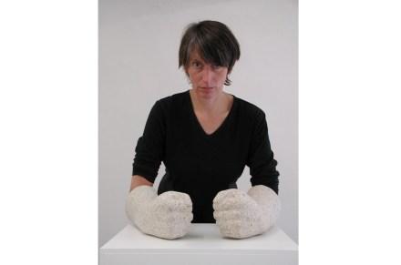 """Rosa Brunner com """"Pathos"""": Granito, 34 cm de comprimento."""