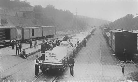 Train carrying blocks of Tennessee marble quarried in Knox County, Tennessee, 1895. D.H. Ranck Publishing Company / Wikimedia Commons
