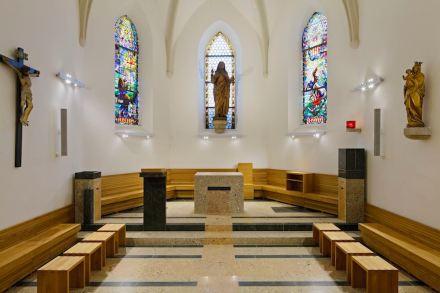 """3° premio: nel caso della chiesa parrocchiale di Weidling la giuria ha elogiato che la pietra naturale è stata impiegata in modo """"equilibrato e discreto"""", e ciò nonostante in modo determinante."""