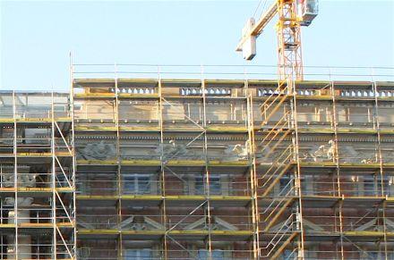 Balustraden zieren den oberen Rand der Fassaden.
