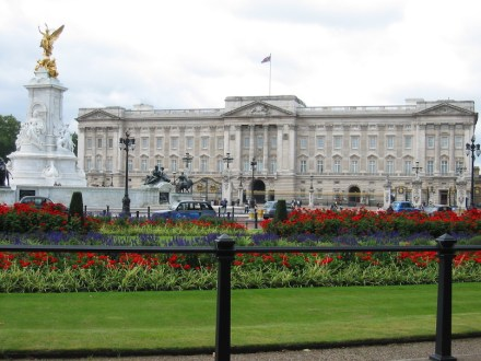 Buckingham Palace, main front. Photo: Wikimedia Commons / Patrick Eustermann