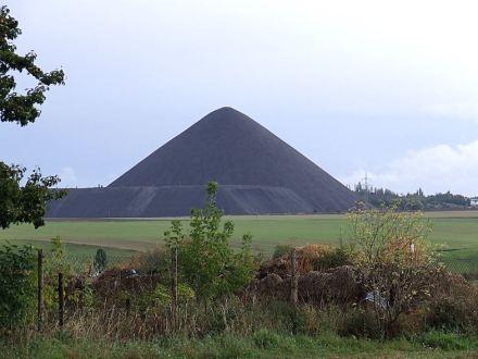 Zeugnis des Abbaus von Kupferschiefers im Mansfelder Land: Halde des Ernst-Thälmann-Schachtes bei Siersleben. Foto: Mario Schmalfuß / Wikimedia Commons