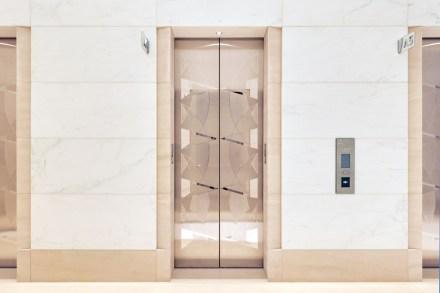 Besonders schön: die Kegel an den Aufzugstüren. Hier geben sie nicht mehr eine Orientierung in eine Richtung wie auf dem Boden, sondern tanzen quasi, vielleicht in Vorfreude auf die Fahrt im Lift.