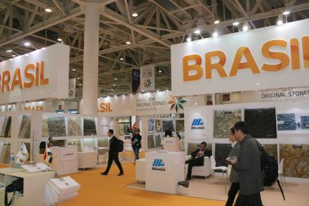 At the Xiamen Trade Fair 2017 Brazil's stone sector represented itself with a wide-open exhibit spread out on a wall-to-wall carpet in the same bright yellow as that of Brazil's name